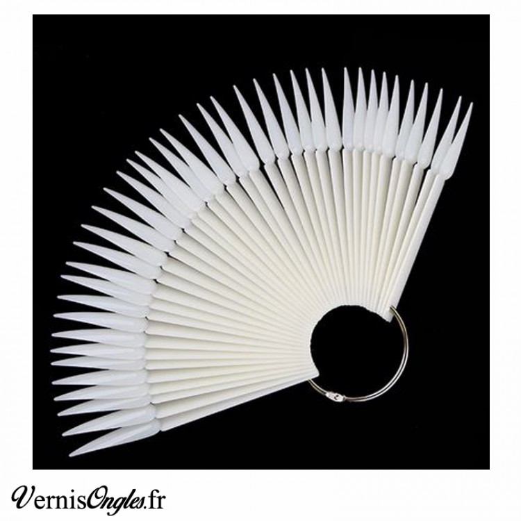 Nuancier stiletto blanc pour ongles. Prix : 4.50€
