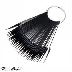 Nuancier stiletto noir pour ongles. Prix : 4.50€