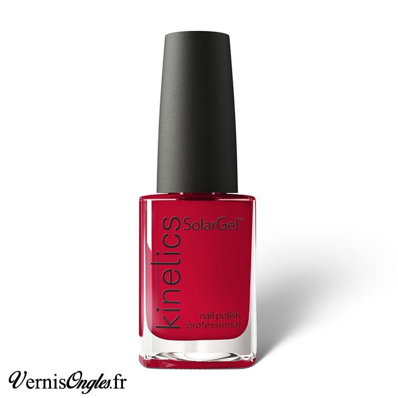 Vernis à ongles Crimson Queen de Kinetics.