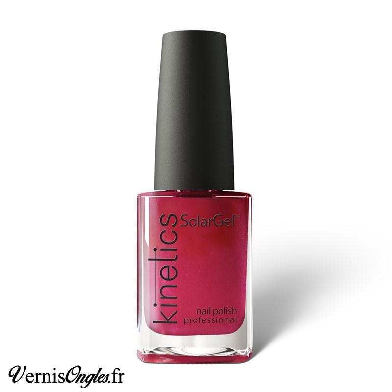Vernis à ongles High Society Pink de Kinetics.